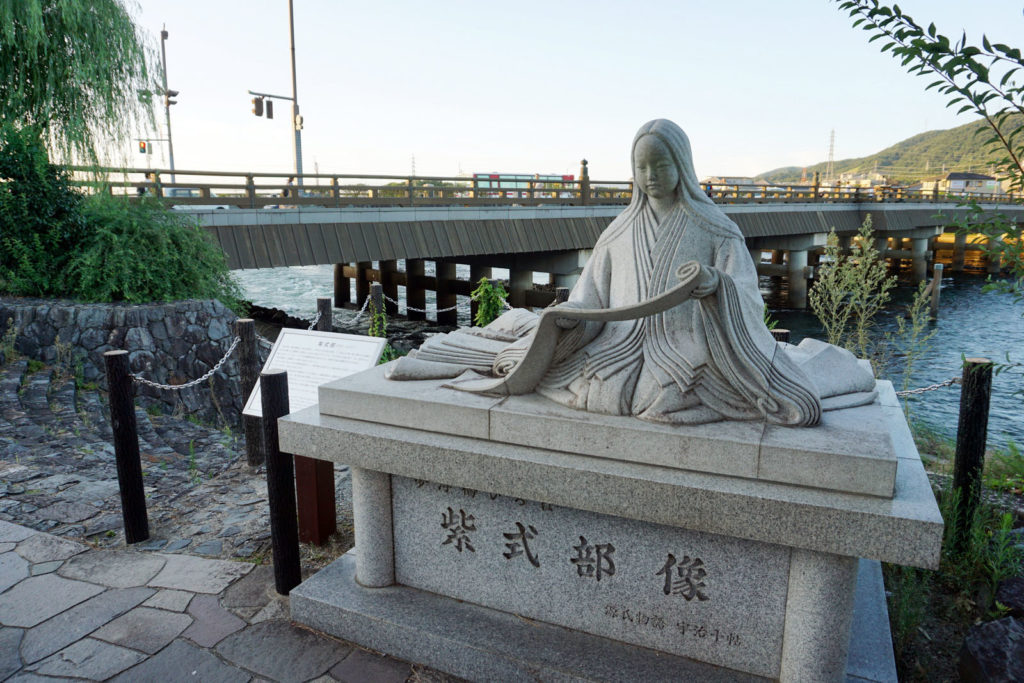 Murasaki Shikibu, statua a Uji (Kyoto) by Ctny [CC BY-SA 4.0], from Wikimedia Commons