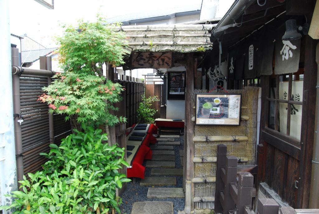 Sosta per bere il te verde presso il tempio di Byodoin a Uji, - Kyoto (Giappone)