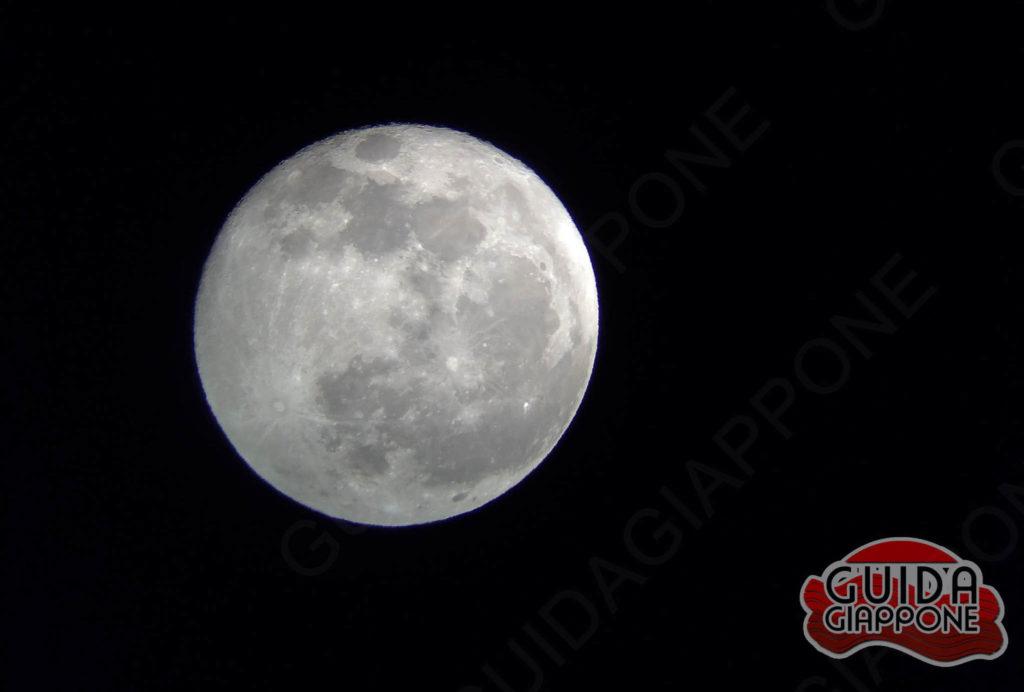 La luna vista dal Giappone